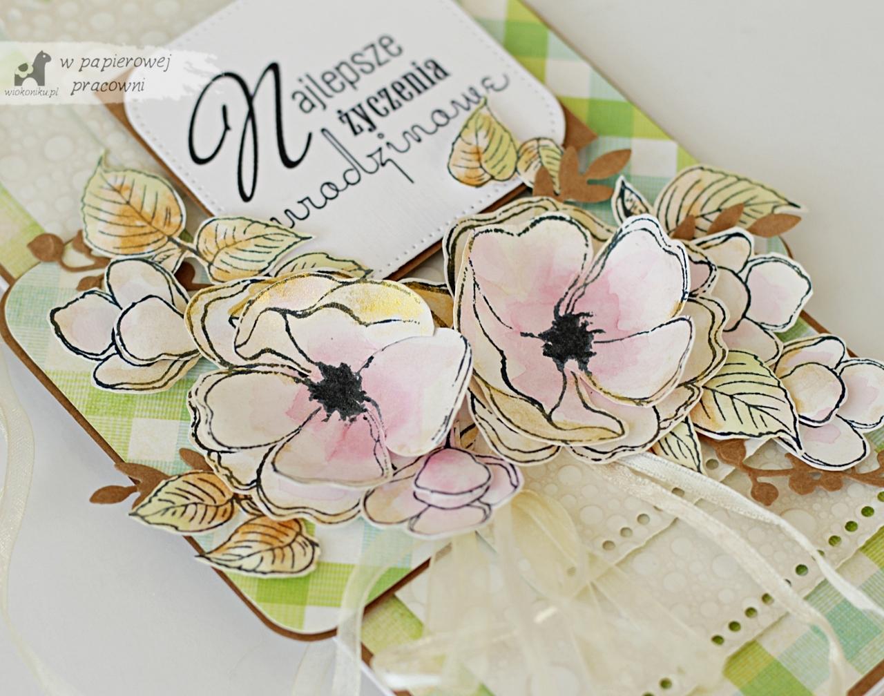 Kartka urodzinowa z kwitnącymi kwiatami jabłoni.