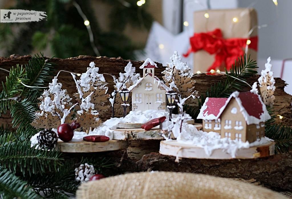 Ośnieżone domki - dekoracja świąteczna zbudowana na dużych brzozowych plastrach