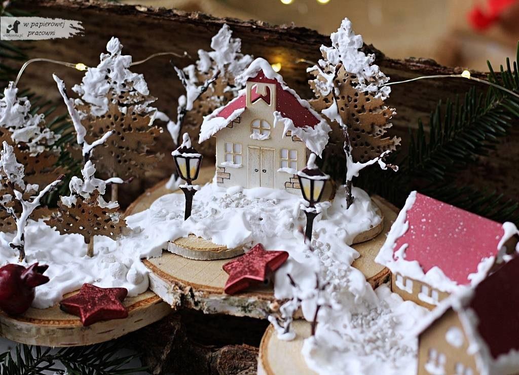 Dekoracja świąteczna - ośnieżone domki na brzozowych plastrach.