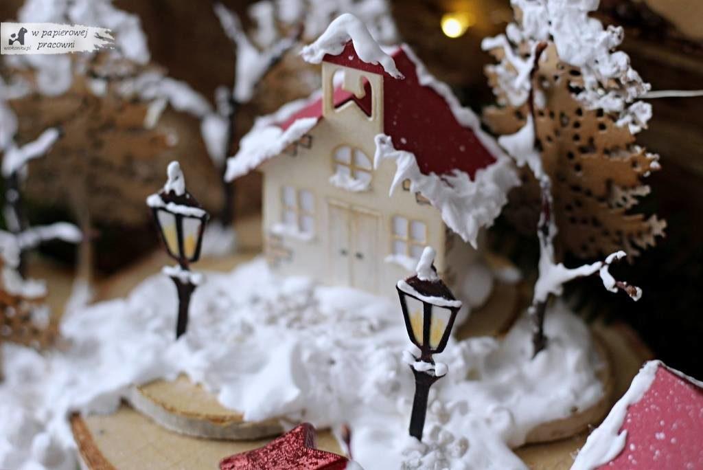 Zbliżenie na ośnieżony kościółek z latarniami z zimowym miasteczku