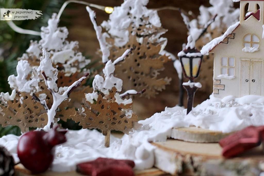 Ośnieżone choinki w zimowym miasteczku - zbliżenie