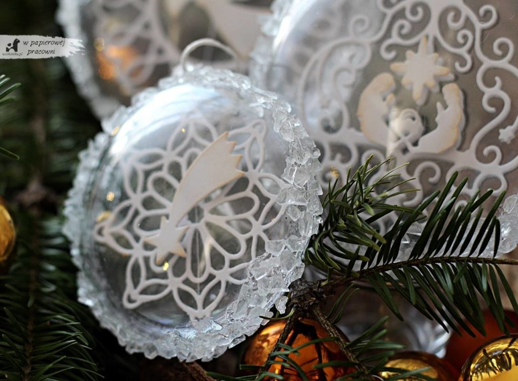 Zbliżenie na kryształki lodu na bombce świątecznej