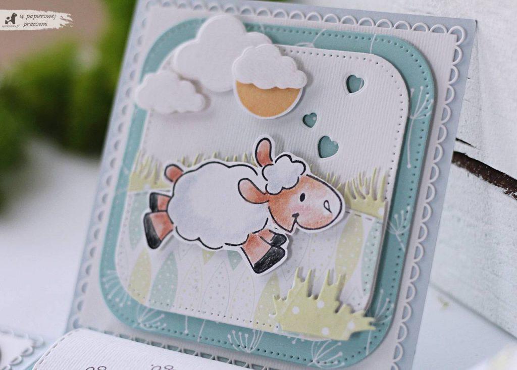 Ścianki boxa zdobią zabawne owieczki, ze stempla, kolorowane kredkami.