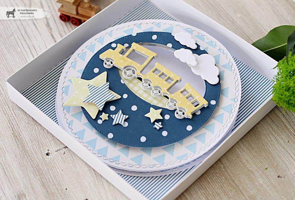 Urodzinowa kartka sztalugowa z ciuchcią w pudełku.
