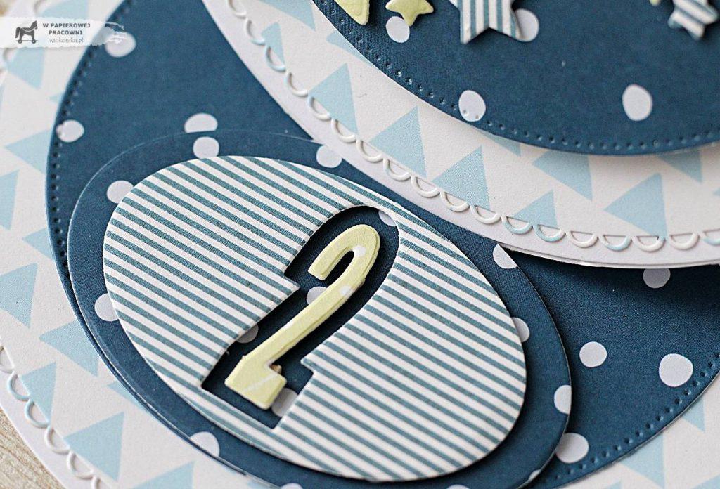 Zbliżenie na cyferkę, element dekoracyjny kartki urodzinowej dla dwulatka.