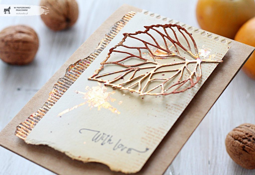 Liść pokryty płatkami złota - główny element dekoracyjny jesiennej kartki