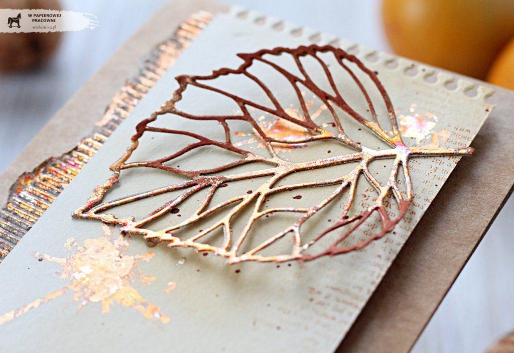 Liść pokryty płatkami złota w zbliżeniu - główny element dekoracyjny jesiennej kartki