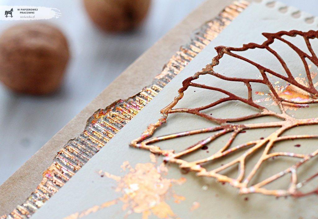 Elementy kartki pokryte płatkami złota