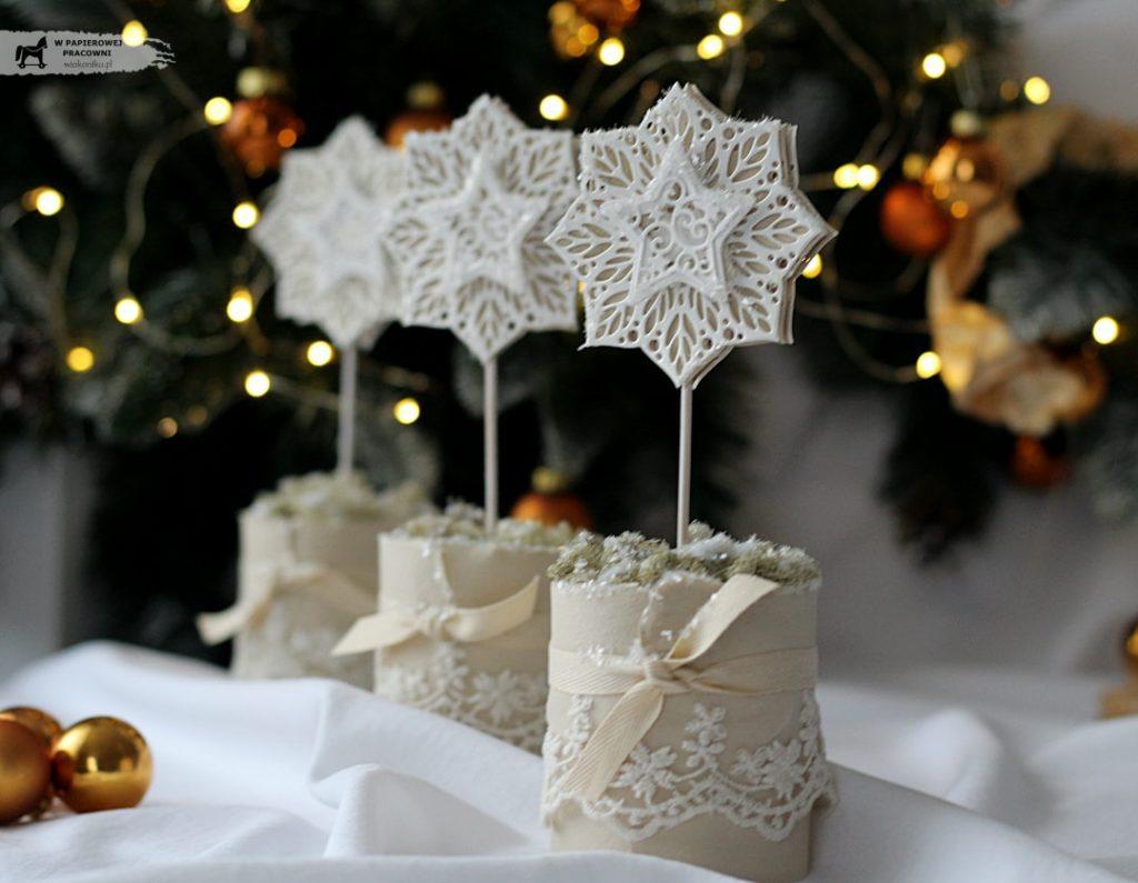 Dekoracja świąteczna z ażurowymi gwiazdkami i koronką.