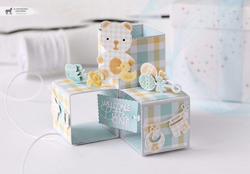 Dziecięca kartka Triple pop up cube - rozłożona przypomina piramidkę z klocków