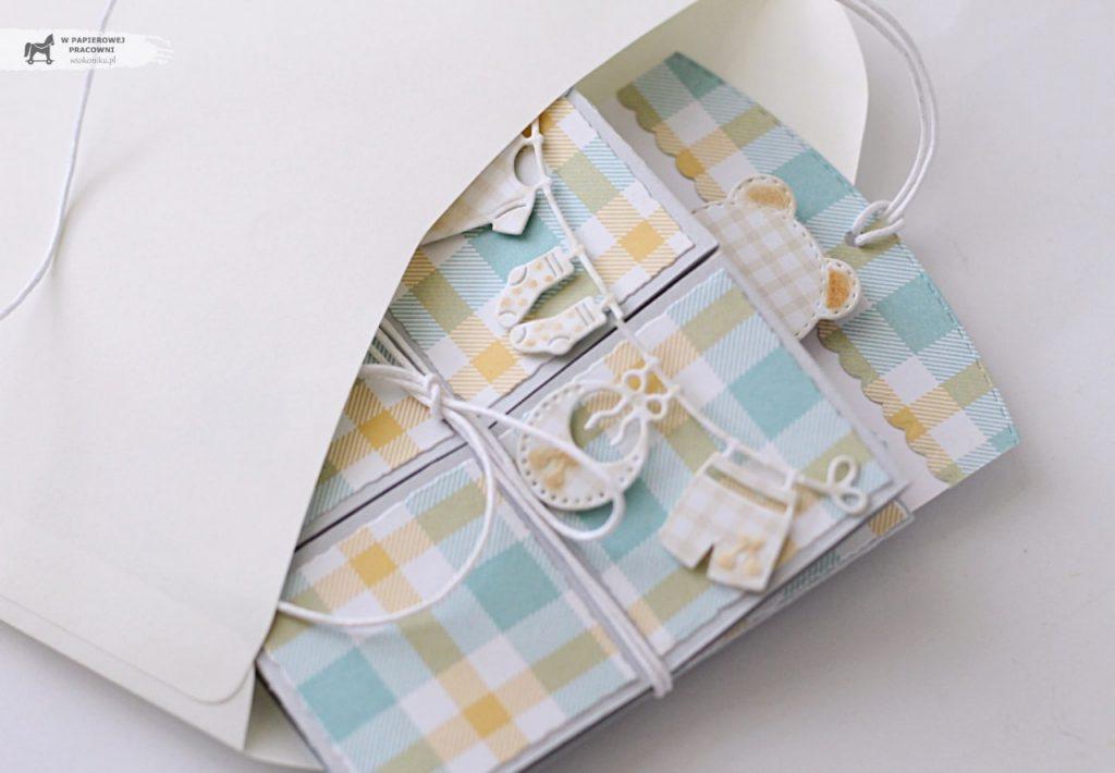 Dziecięca kartka Triple pop up cube - rzłożona mieści się w kopercie