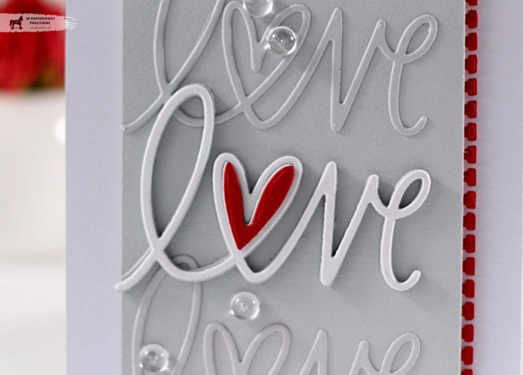 Zbliżenie na ozdobny napis z sercem