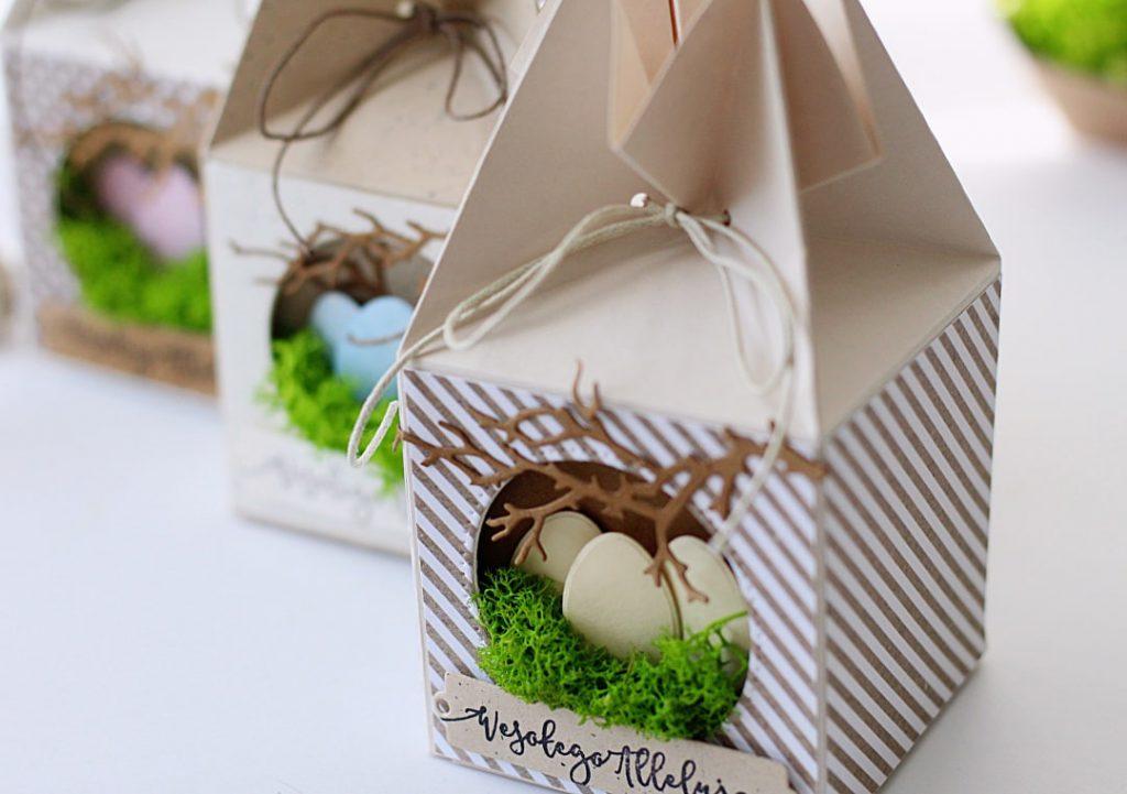 Zbliżenie na przestrzenne gniazdko  na pudełku prezentowym.