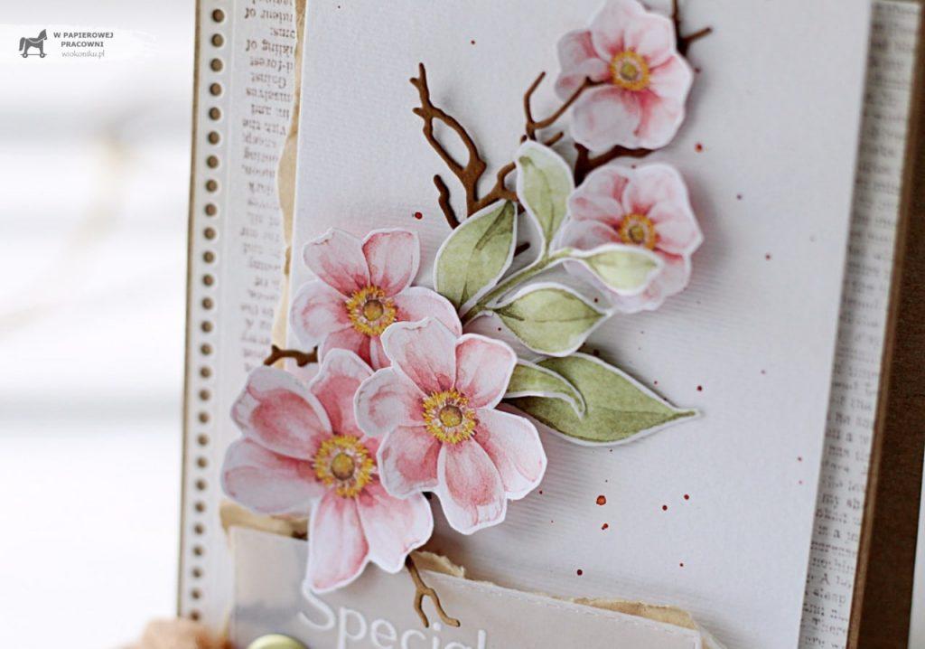 Zbliżenie na gałązkę z wiosennymi kwiatami.