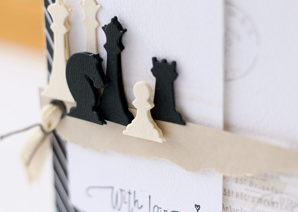 Zbliżenie na figurki szachowe jako głowny element dekoracyjny na kartce
