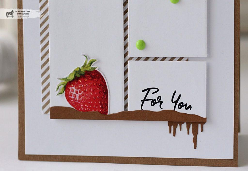 Zbliżenie na elementy kartki - truskawka, płynąca czekolada i napis